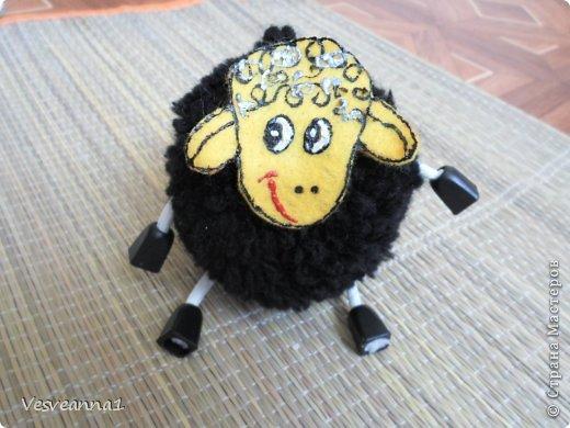 Здравствуйте! Новый год не за горами, по Стране Мастеров уже скачут разные овечки. Хочется поздравить близких хотя бы небольшой поделкой, сделанной своими руками. Вот так и появилась у меня такая детская поделка. фото 16