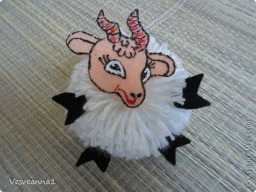 Здравствуйте! Новый год не за горами, по Стране Мастеров уже скачут разные овечки. Хочется поздравить близких хотя бы небольшой поделкой, сделанной своими руками. Вот так и появилась у меня такая детская поделка. фото 17