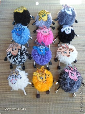 Здравствуйте! Новый год не за горами, по Стране Мастеров уже скачут разные овечки. Хочется поздравить близких хотя бы небольшой поделкой, сделанной своими руками. Вот так и появилась у меня такая детская поделка. фото 18