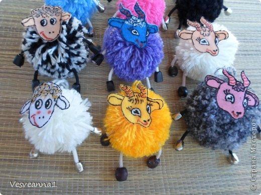 Здравствуйте! Новый год не за горами, по Стране Мастеров уже скачут разные овечки. Хочется поздравить близких хотя бы небольшой поделкой, сделанной своими руками. Вот так и появилась у меня такая детская поделка. фото 19