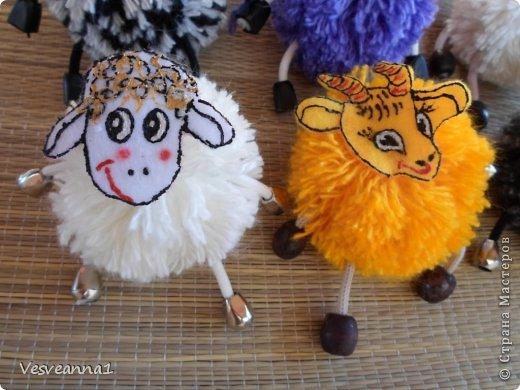 Здравствуйте! Новый год не за горами, по Стране Мастеров уже скачут разные овечки. Хочется поздравить близких хотя бы небольшой поделкой, сделанной своими руками. Вот так и появилась у меня такая детская поделка. фото 23