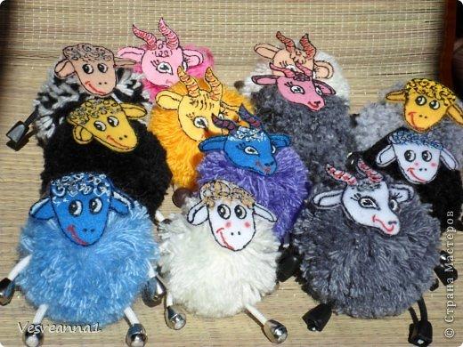 Здравствуйте! Новый год не за горами, по Стране Мастеров уже скачут разные овечки. Хочется поздравить близких хотя бы небольшой поделкой, сделанной своими руками. Вот так и появилась у меня такая детская поделка. фото 22