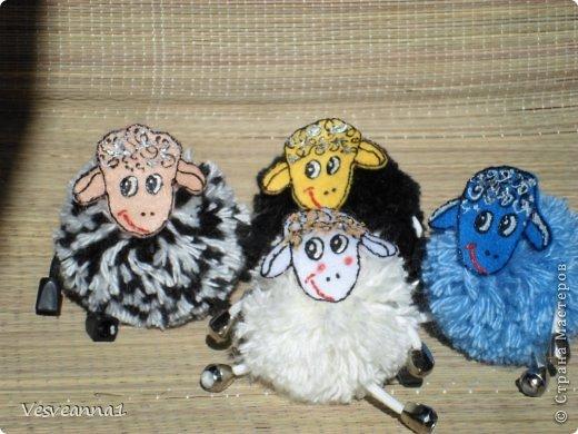 Здравствуйте! Новый год не за горами, по Стране Мастеров уже скачут разные овечки. Хочется поздравить близких хотя бы небольшой поделкой, сделанной своими руками. Вот так и появилась у меня такая детская поделка. фото 24