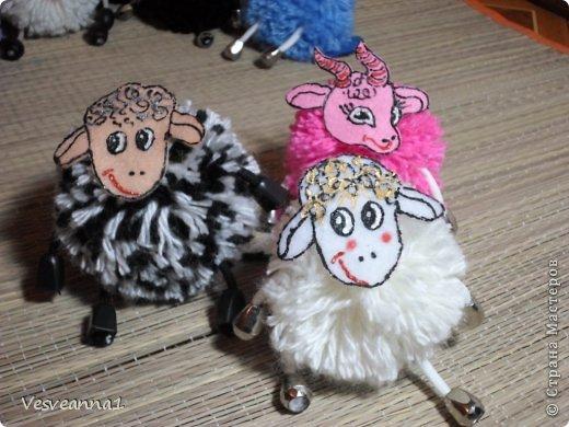Здравствуйте! Новый год не за горами, по Стране Мастеров уже скачут разные овечки. Хочется поздравить близких хотя бы небольшой поделкой, сделанной своими руками. Вот так и появилась у меня такая детская поделка. фото 25
