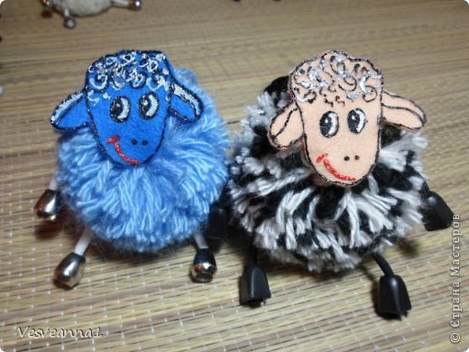 Здравствуйте! Новый год не за горами, по Стране Мастеров уже скачут разные овечки. Хочется поздравить близких хотя бы небольшой поделкой, сделанной своими руками. Вот так и появилась у меня такая детская поделка. фото 27