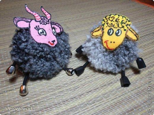 Здравствуйте! Новый год не за горами, по Стране Мастеров уже скачут разные овечки. Хочется поздравить близких хотя бы небольшой поделкой, сделанной своими руками. Вот так и появилась у меня такая детская поделка. фото 29