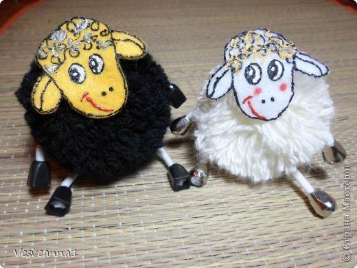 Здравствуйте! Новый год не за горами, по Стране Мастеров уже скачут разные овечки. Хочется поздравить близких хотя бы небольшой поделкой, сделанной своими руками. Вот так и появилась у меня такая детская поделка. фото 30