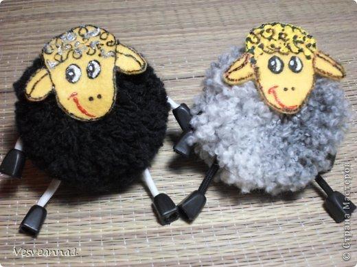 Здравствуйте! Новый год не за горами, по Стране Мастеров уже скачут разные овечки. Хочется поздравить близких хотя бы небольшой поделкой, сделанной своими руками. Вот так и появилась у меня такая детская поделка. фото 1
