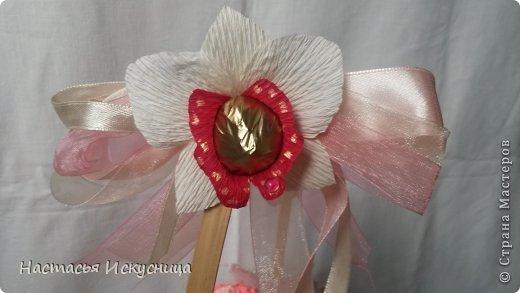 Здравствуйте, здравствуйте, здравствуйте! Сентябрь начинается активно, динамично и продуктивно, чего и вам желаю, уважаемые рукоделочки. Вот такя корзинка собралась ко дню рождения классного руководителя моей старшей дочери. В розах феррерки, в орхидеях марсианка(разная). фото 3