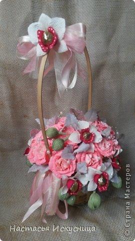 Здравствуйте, здравствуйте, здравствуйте! Сентябрь начинается активно, динамично и продуктивно, чего и вам желаю, уважаемые рукоделочки. Вот такя корзинка собралась ко дню рождения классного руководителя моей старшей дочери. В розах феррерки, в орхидеях марсианка(разная). фото 4