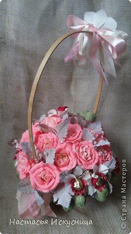 Здравствуйте, здравствуйте, здравствуйте! Сентябрь начинается активно, динамично и продуктивно, чего и вам желаю, уважаемые рукоделочки. Вот такя корзинка собралась ко дню рождения классного руководителя моей старшей дочери. В розах феррерки, в орхидеях марсианка(разная). фото 5