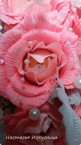 Здравствуйте, здравствуйте, здравствуйте! Сентябрь начинается активно, динамично и продуктивно, чего и вам желаю, уважаемые рукоделочки. Вот такя корзинка собралась ко дню рождения классного руководителя моей старшей дочери. В розах феррерки, в орхидеях марсианка(разная). фото 2