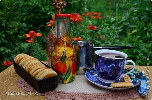 Доброго времени суток! Вкусная выпечка, ароматный кофе и свежее молоко - отличное начало дня.  Сегодня я к вам с бутылочкой для молока. Делала ее еще весной, об этом можно догадаться, глядя на  витражную роспись. фото 1