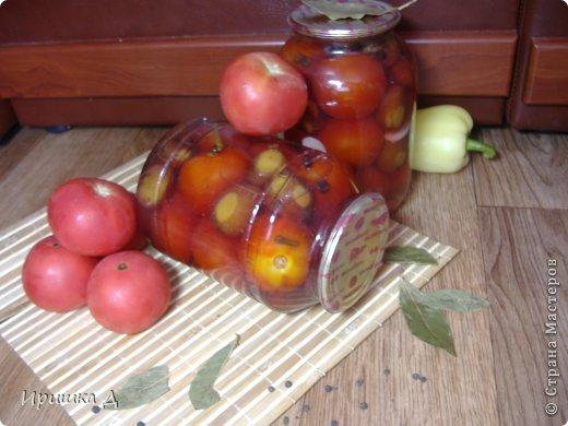 Маринованные помидоры со сливами помидоры — по вкусу сливы — по вкусу лавровый лист — 3-4 шт бутоны гвоздики — 8-10 шт чеснок — 4-5 зубчиков соль — 2 ст. ложки сахар — 100 г уксус 9 % — 2 ст. ложки Способ приготовления  Подготовим все ингредиенты с рассчетом на 3л банку.  В чистые банки уложить специи и помидоры со сливами. Дальше используем 3-х кратную заливку. Воду закипятить и залить банки кипятком, прикрыть крышкой и оставить минут не 5 (это первая заливка). Воду слить в кастрюлю, снова закипятить и залить банки, оставить на 5 минут (это вторая заливка).  Снова слить воду + сахар, соль и довести до кипения. Уксус налить непосредственно в банки. Закипевшим маринадом залить банки и сразу закатать (это и будет третья заливка). Поставить для остывания.  фото 1