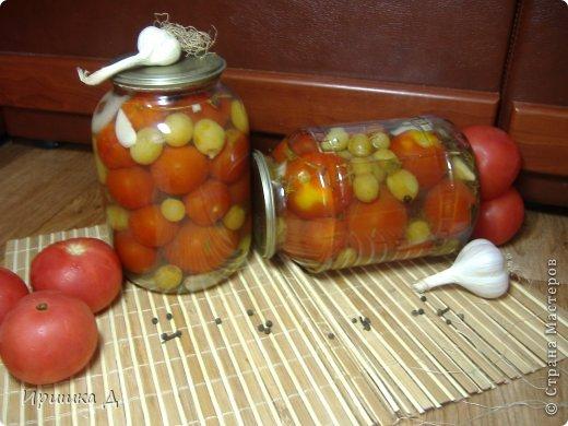 Маринованные помидоры со сливами помидоры — по вкусу сливы — по вкусу лавровый лист — 3-4 шт бутоны гвоздики — 8-10 шт чеснок — 4-5 зубчиков соль — 2 ст. ложки сахар — 100 г уксус 9 % — 2 ст. ложки Способ приготовления  Подготовим все ингредиенты с рассчетом на 3л банку.  В чистые банки уложить специи и помидоры со сливами. Дальше используем 3-х кратную заливку. Воду закипятить и залить банки кипятком, прикрыть крышкой и оставить минут не 5 (это первая заливка). Воду слить в кастрюлю, снова закипятить и залить банки, оставить на 5 минут (это вторая заливка).  Снова слить воду + сахар, соль и довести до кипения. Уксус налить непосредственно в банки. Закипевшим маринадом залить банки и сразу закатать (это и будет третья заливка). Поставить для остывания.  фото 2