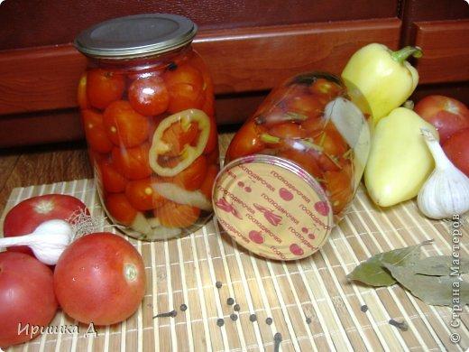 Маринованные помидоры со сливами помидоры — по вкусу сливы — по вкусу лавровый лист — 3-4 шт бутоны гвоздики — 8-10 шт чеснок — 4-5 зубчиков соль — 2 ст. ложки сахар — 100 г уксус 9 % — 2 ст. ложки Способ приготовления  Подготовим все ингредиенты с рассчетом на 3л банку.  В чистые банки уложить специи и помидоры со сливами. Дальше используем 3-х кратную заливку. Воду закипятить и залить банки кипятком, прикрыть крышкой и оставить минут не 5 (это первая заливка). Воду слить в кастрюлю, снова закипятить и залить банки, оставить на 5 минут (это вторая заливка).  Снова слить воду + сахар, соль и довести до кипения. Уксус налить непосредственно в банки. Закипевшим маринадом залить банки и сразу закатать (это и будет третья заливка). Поставить для остывания.  фото 4