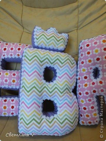 Добрый день! Попросила меня знакомая сшить буквы-подушки для своей дочки, делала в первый раз, не знаю получилось нет, но всем понравились))) Размер: высота 30 см, длина 20 см, ширина 6 см) Ткань моя любимая в цветочек, 100 % хлопок. фото 2