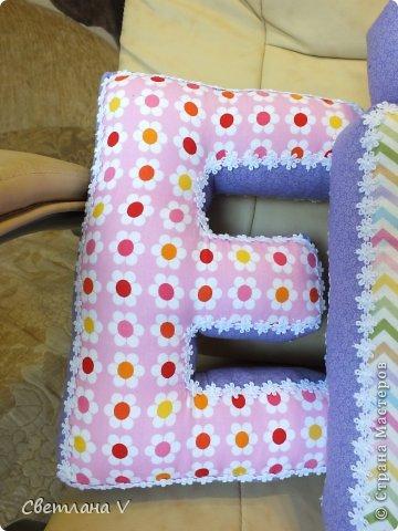 Добрый день! Попросила меня знакомая сшить буквы-подушки для своей дочки, делала в первый раз, не знаю получилось нет, но всем понравились))) Размер: высота 30 см, длина 20 см, ширина 6 см) Ткань моя любимая в цветочек, 100 % хлопок. фото 3