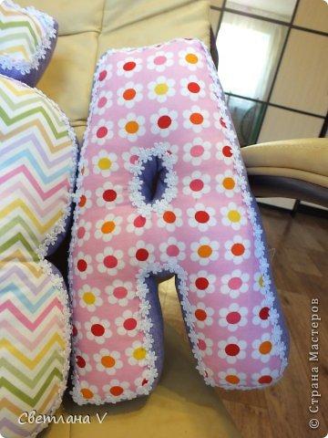 Добрый день! Попросила меня знакомая сшить буквы-подушки для своей дочки, делала в первый раз, не знаю получилось нет, но всем понравились))) Размер: высота 30 см, длина 20 см, ширина 6 см) Ткань моя любимая в цветочек, 100 % хлопок. фото 4