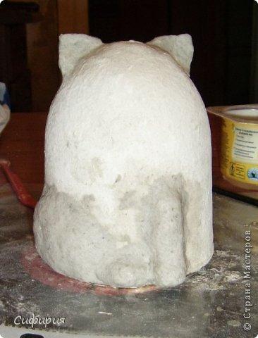"""Здравствуйте, жители Страны Мастеров! Хочу вам показать японские кошечки-статуэтки, которые приносят удачу и благополучие своим владельцам. Maneki Neko ( 招き猫 ) - буквально означает """"Приглашающий Кот"""", """"Зовущая Кошка"""", также известный как """"Кот Счастья"""", """"Денежный Кот"""" или """"Кот Удачи"""". Манеки Неко — это популярный японский талисман удачи, вылепленный из глины или папье-маше в виде сидящей кошки, передняя лапка которой, поднята вверх. Манеки Неко — символ удачи, счастья, домашнего тепла, уюта и благополучия. Поднятая вверх лапка приманивает эти радости в дом. Располагать статуэтки котов лучше всего парами. фото 10"""