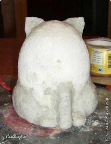 """Здравствуйте, жители Страны Мастеров! Хочу вам показать японские кошечки-статуэтки, которые приносят удачу и благополучие своим владельцам. Maneki Neko ( 招き猫 ) - буквально означает """"Приглашающий Кот"""", """"Зовущая Кошка"""", также известный как """"Кот Счастья"""", """"Денежный Кот"""" или """"Кот Удачи"""". Манеки Неко — это популярный японский талисман удачи, вылепленный из глины или папье-маше в виде сидящей кошки, передняя лапка которой, поднята вверх. Манеки Неко — символ удачи, счастья, домашнего тепла, уюта и благополучия. Поднятая вверх лапка приманивает эти радости в дом. Располагать статуэтки котов лучше всего парами. фото 11"""