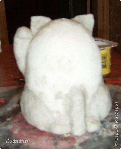 """Здравствуйте, жители Страны Мастеров! Хочу вам показать японские кошечки-статуэтки, которые приносят удачу и благополучие своим владельцам. Maneki Neko ( 招き猫 ) - буквально означает """"Приглашающий Кот"""", """"Зовущая Кошка"""", также известный как """"Кот Счастья"""", """"Денежный Кот"""" или """"Кот Удачи"""". Манеки Неко — это популярный японский талисман удачи, вылепленный из глины или папье-маше в виде сидящей кошки, передняя лапка которой, поднята вверх. Манеки Неко — символ удачи, счастья, домашнего тепла, уюта и благополучия. Поднятая вверх лапка приманивает эти радости в дом. Располагать статуэтки котов лучше всего парами. фото 12"""