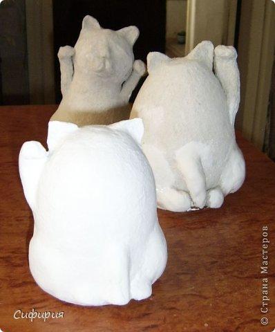 """Здравствуйте, жители Страны Мастеров! Хочу вам показать японские кошечки-статуэтки, которые приносят удачу и благополучие своим владельцам. Maneki Neko ( 招き猫 ) - буквально означает """"Приглашающий Кот"""", """"Зовущая Кошка"""", также известный как """"Кот Счастья"""", """"Денежный Кот"""" или """"Кот Удачи"""". Манеки Неко — это популярный японский талисман удачи, вылепленный из глины или папье-маше в виде сидящей кошки, передняя лапка которой, поднята вверх. Манеки Неко — символ удачи, счастья, домашнего тепла, уюта и благополучия. Поднятая вверх лапка приманивает эти радости в дом. Располагать статуэтки котов лучше всего парами. фото 18"""