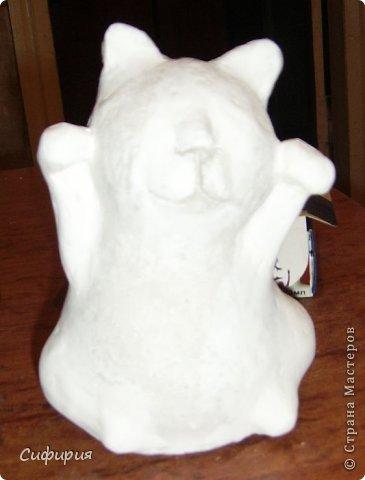 """Здравствуйте, жители Страны Мастеров! Хочу вам показать японские кошечки-статуэтки, которые приносят удачу и благополучие своим владельцам. Maneki Neko ( 招き猫 ) - буквально означает """"Приглашающий Кот"""", """"Зовущая Кошка"""", также известный как """"Кот Счастья"""", """"Денежный Кот"""" или """"Кот Удачи"""". Манеки Неко — это популярный японский талисман удачи, вылепленный из глины или папье-маше в виде сидящей кошки, передняя лапка которой, поднята вверх. Манеки Неко — символ удачи, счастья, домашнего тепла, уюта и благополучия. Поднятая вверх лапка приманивает эти радости в дом. Располагать статуэтки котов лучше всего парами. фото 17"""