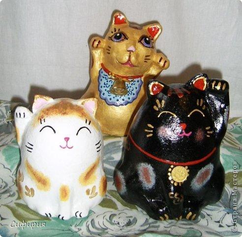 """Здравствуйте, жители Страны Мастеров! Хочу вам показать японские кошечки-статуэтки, которые приносят удачу и благополучие своим владельцам. Maneki Neko ( 招き猫 ) - буквально означает """"Приглашающий Кот"""", """"Зовущая Кошка"""", также известный как """"Кот Счастья"""", """"Денежный Кот"""" или """"Кот Удачи"""". Манеки Неко — это популярный японский талисман удачи, вылепленный из глины или папье-маше в виде сидящей кошки, передняя лапка которой, поднята вверх. Манеки Неко — символ удачи, счастья, домашнего тепла, уюта и благополучия. Поднятая вверх лапка приманивает эти радости в дом. Располагать статуэтки котов лучше всего парами. фото 28"""