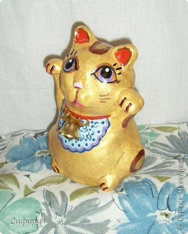"""Здравствуйте, жители Страны Мастеров! Хочу вам показать японские кошечки-статуэтки, которые приносят удачу и благополучие своим владельцам. Maneki Neko ( 招き猫 ) - буквально означает """"Приглашающий Кот"""", """"Зовущая Кошка"""", также известный как """"Кот Счастья"""", """"Денежный Кот"""" или """"Кот Удачи"""". Манеки Неко — это популярный японский талисман удачи, вылепленный из глины или папье-маше в виде сидящей кошки, передняя лапка которой, поднята вверх. Манеки Неко — символ удачи, счастья, домашнего тепла, уюта и благополучия. Поднятая вверх лапка приманивает эти радости в дом. Располагать статуэтки котов лучше всего парами. фото 3"""