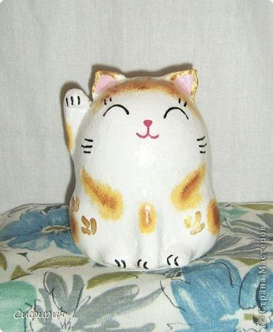 """Здравствуйте, жители Страны Мастеров! Хочу вам показать японские кошечки-статуэтки, которые приносят удачу и благополучие своим владельцам. Maneki Neko ( 招き猫 ) - буквально означает """"Приглашающий Кот"""", """"Зовущая Кошка"""", также известный как """"Кот Счастья"""", """"Денежный Кот"""" или """"Кот Удачи"""". Манеки Неко — это популярный японский талисман удачи, вылепленный из глины или папье-маше в виде сидящей кошки, передняя лапка которой, поднята вверх. Манеки Неко — символ удачи, счастья, домашнего тепла, уюта и благополучия. Поднятая вверх лапка приманивает эти радости в дом. Располагать статуэтки котов лучше всего парами. фото 22"""