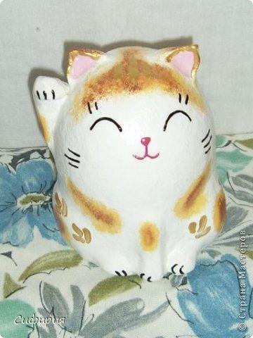 """Здравствуйте, жители Страны Мастеров! Хочу вам показать японские кошечки-статуэтки, которые приносят удачу и благополучие своим владельцам. Maneki Neko ( 招き猫 ) - буквально означает """"Приглашающий Кот"""", """"Зовущая Кошка"""", также известный как """"Кот Счастья"""", """"Денежный Кот"""" или """"Кот Удачи"""". Манеки Неко — это популярный японский талисман удачи, вылепленный из глины или папье-маше в виде сидящей кошки, передняя лапка которой, поднята вверх. Манеки Неко — символ удачи, счастья, домашнего тепла, уюта и благополучия. Поднятая вверх лапка приманивает эти радости в дом. Располагать статуэтки котов лучше всего парами. фото 23"""
