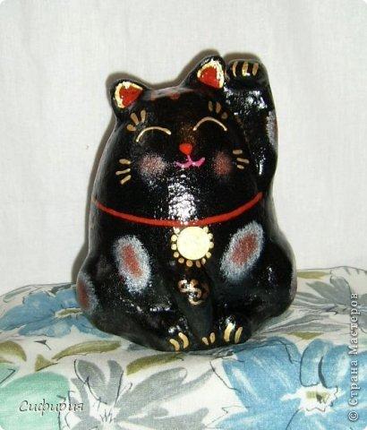 """Здравствуйте, жители Страны Мастеров! Хочу вам показать японские кошечки-статуэтки, которые приносят удачу и благополучие своим владельцам. Maneki Neko ( 招き猫 ) - буквально означает """"Приглашающий Кот"""", """"Зовущая Кошка"""", также известный как """"Кот Счастья"""", """"Денежный Кот"""" или """"Кот Удачи"""". Манеки Неко — это популярный японский талисман удачи, вылепленный из глины или папье-маше в виде сидящей кошки, передняя лапка которой, поднята вверх. Манеки Неко — символ удачи, счастья, домашнего тепла, уюта и благополучия. Поднятая вверх лапка приманивает эти радости в дом. Располагать статуэтки котов лучше всего парами. фото 25"""