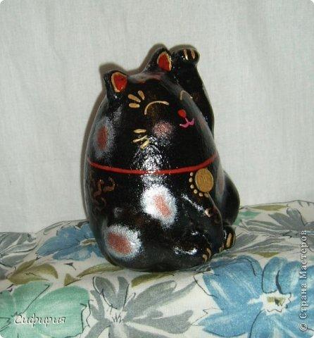 """Здравствуйте, жители Страны Мастеров! Хочу вам показать японские кошечки-статуэтки, которые приносят удачу и благополучие своим владельцам. Maneki Neko ( 招き猫 ) - буквально означает """"Приглашающий Кот"""", """"Зовущая Кошка"""", также известный как """"Кот Счастья"""", """"Денежный Кот"""" или """"Кот Удачи"""". Манеки Неко — это популярный японский талисман удачи, вылепленный из глины или папье-маше в виде сидящей кошки, передняя лапка которой, поднята вверх. Манеки Неко — символ удачи, счастья, домашнего тепла, уюта и благополучия. Поднятая вверх лапка приманивает эти радости в дом. Располагать статуэтки котов лучше всего парами. фото 26"""