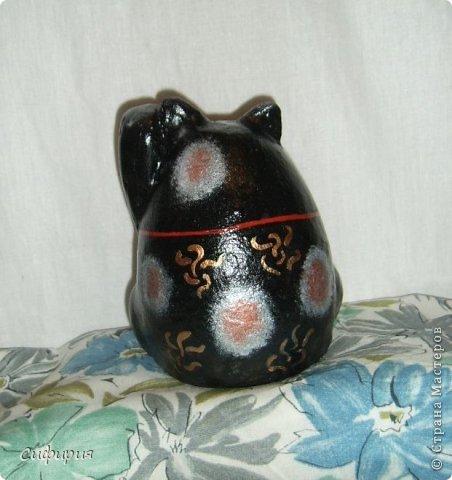 """Здравствуйте, жители Страны Мастеров! Хочу вам показать японские кошечки-статуэтки, которые приносят удачу и благополучие своим владельцам. Maneki Neko ( 招き猫 ) - буквально означает """"Приглашающий Кот"""", """"Зовущая Кошка"""", также известный как """"Кот Счастья"""", """"Денежный Кот"""" или """"Кот Удачи"""". Манеки Неко — это популярный японский талисман удачи, вылепленный из глины или папье-маше в виде сидящей кошки, передняя лапка которой, поднята вверх. Манеки Неко — символ удачи, счастья, домашнего тепла, уюта и благополучия. Поднятая вверх лапка приманивает эти радости в дом. Располагать статуэтки котов лучше всего парами. фото 27"""