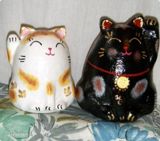 """Здравствуйте, жители Страны Мастеров! Хочу вам показать японские кошечки-статуэтки, которые приносят удачу и благополучие своим владельцам. Maneki Neko ( 招き猫 ) - буквально означает """"Приглашающий Кот"""", """"Зовущая Кошка"""", также известный как """"Кот Счастья"""", """"Денежный Кот"""" или """"Кот Удачи"""". Манеки Неко — это популярный японский талисман удачи, вылепленный из глины или папье-маше в виде сидящей кошки, передняя лапка которой, поднята вверх. Манеки Неко — символ удачи, счастья, домашнего тепла, уюта и благополучия. Поднятая вверх лапка приманивает эти радости в дом. Располагать статуэтки котов лучше всего парами. фото 2"""