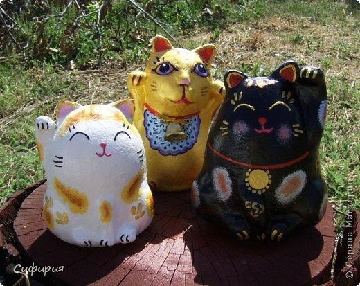 """Здравствуйте, жители Страны Мастеров! Хочу вам показать японские кошечки-статуэтки, которые приносят удачу и благополучие своим владельцам. Maneki Neko ( 招き猫 ) - буквально означает """"Приглашающий Кот"""", """"Зовущая Кошка"""", также известный как """"Кот Счастья"""", """"Денежный Кот"""" или """"Кот Удачи"""". Манеки Неко — это популярный японский талисман удачи, вылепленный из глины или папье-маше в виде сидящей кошки, передняя лапка которой, поднята вверх. Манеки Неко — символ удачи, счастья, домашнего тепла, уюта и благополучия. Поднятая вверх лапка приманивает эти радости в дом. Располагать статуэтки котов лучше всего парами. фото 19"""