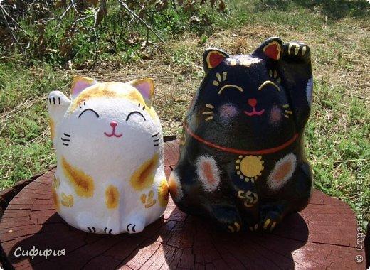"""Здравствуйте, жители Страны Мастеров! Хочу вам показать японские кошечки-статуэтки, которые приносят удачу и благополучие своим владельцам. Maneki Neko ( 招き猫 ) - буквально означает """"Приглашающий Кот"""", """"Зовущая Кошка"""", также известный как """"Кот Счастья"""", """"Денежный Кот"""" или """"Кот Удачи"""". Манеки Неко — это популярный японский талисман удачи, вылепленный из глины или папье-маше в виде сидящей кошки, передняя лапка которой, поднята вверх. Манеки Неко — символ удачи, счастья, домашнего тепла, уюта и благополучия. Поднятая вверх лапка приманивает эти радости в дом. Располагать статуэтки котов лучше всего парами. фото 20"""