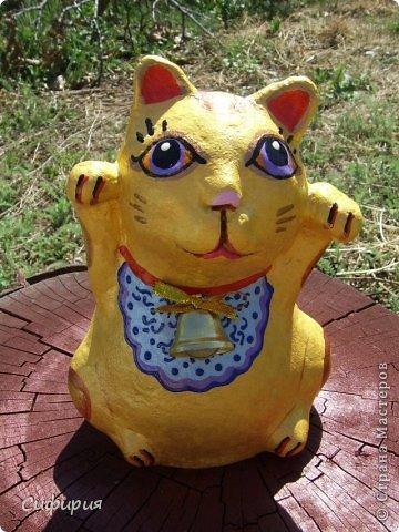 """Здравствуйте, жители Страны Мастеров! Хочу вам показать японские кошечки-статуэтки, которые приносят удачу и благополучие своим владельцам. Maneki Neko ( 招き猫 ) - буквально означает """"Приглашающий Кот"""", """"Зовущая Кошка"""", также известный как """"Кот Счастья"""", """"Денежный Кот"""" или """"Кот Удачи"""". Манеки Неко — это популярный японский талисман удачи, вылепленный из глины или папье-маше в виде сидящей кошки, передняя лапка которой, поднята вверх. Манеки Неко — символ удачи, счастья, домашнего тепла, уюта и благополучия. Поднятая вверх лапка приманивает эти радости в дом. Располагать статуэтки котов лучше всего парами. фото 21"""