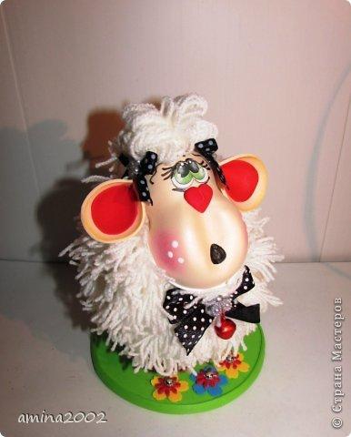 Добрый вечер! Овечка выполнена из фома- голова и ноги, шерсть овечки- белая пряжа. фото 1