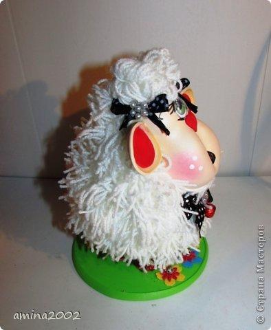 Добрый вечер! Овечка выполнена из фома- голова и ноги, шерсть овечки- белая пряжа. фото 2