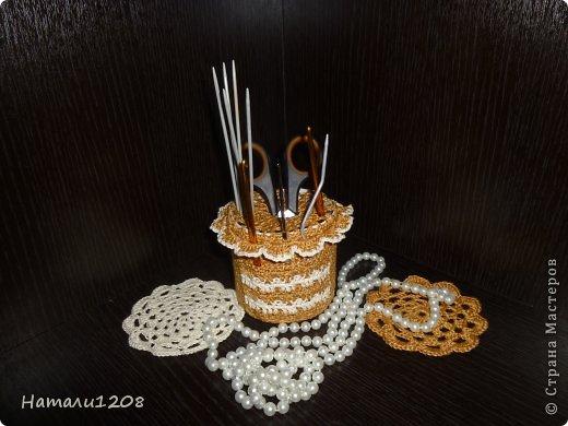 Получилась удобная баночка  для  хранения крючков, спиц и других предметов. Для игольницы использовала любимый мотив-африканский цветок. Взяла пластиковую  баночку , обрезала  до нужной высоты и обвязала.  На дно можно положить камушки, бусины , чтобы предметы стояли ровно. Можно взять любую стеклянную баночку.  фото 5