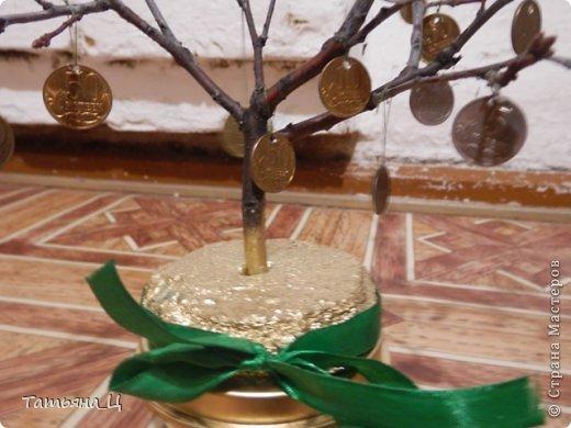 Использовала железные монеты и ветку дуба фото 3