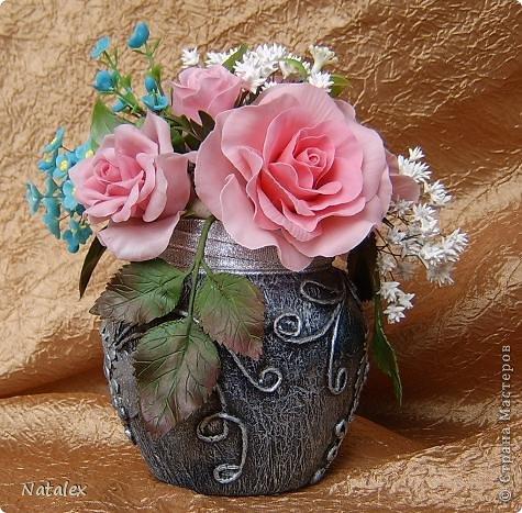 Добрый день Всем жителям Страны. Вот такой розовый букет у меня слепился, в букете пять роз и два бутона, ну и всякая мелочь. У всех уже были прекрасные розы, но я решилась пока только на букет, в одиночном цветке все ляпы на виду, а здесь вроде как бы и не очень заметно. фото 5