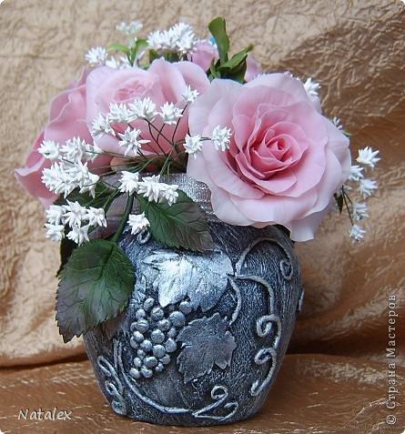 Добрый день Всем жителям Страны. Вот такой розовый букет у меня слепился, в букете пять роз и два бутона, ну и всякая мелочь. У всех уже были прекрасные розы, но я решилась пока только на букет, в одиночном цветке все ляпы на виду, а здесь вроде как бы и не очень заметно. фото 7