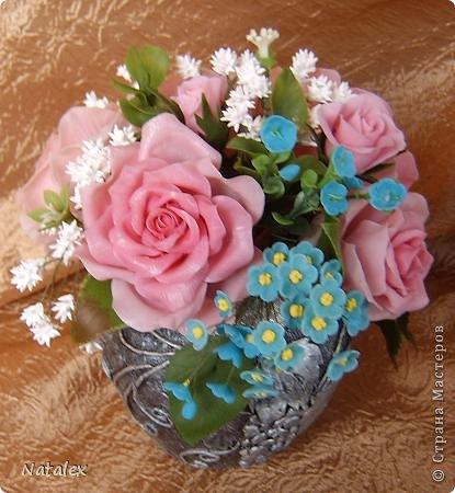 Добрый день Всем жителям Страны. Вот такой розовый букет у меня слепился, в букете пять роз и два бутона, ну и всякая мелочь. У всех уже были прекрасные розы, но я решилась пока только на букет, в одиночном цветке все ляпы на виду, а здесь вроде как бы и не очень заметно. фото 2