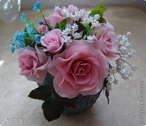 Добрый день Всем жителям Страны. Вот такой розовый букет у меня слепился, в букете пять роз и два бутона, ну и всякая мелочь. У всех уже были прекрасные розы, но я решилась пока только на букет, в одиночном цветке все ляпы на виду, а здесь вроде как бы и не очень заметно. фото 1