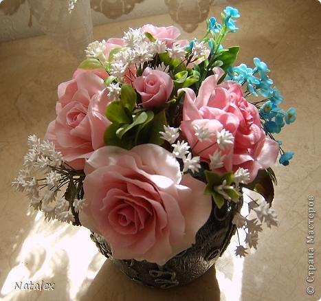 Добрый день Всем жителям Страны. Вот такой розовый букет у меня слепился, в букете пять роз и два бутона, ну и всякая мелочь. У всех уже были прекрасные розы, но я решилась пока только на букет, в одиночном цветке все ляпы на виду, а здесь вроде как бы и не очень заметно. фото 3