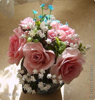 Добрый день Всем жителям Страны. Вот такой розовый букет у меня слепился, в букете пять роз и два бутона, ну и всякая мелочь. У всех уже были прекрасные розы, но я решилась пока только на букет, в одиночном цветке все ляпы на виду, а здесь вроде как бы и не очень заметно. фото 4