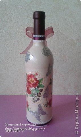 Бутылка оформлена в честь дня рождения в технике декупаж с использованием кракелюра. Дополнена контурными наклейками, капельками жидкого жемчуга, ленточками. фото 3